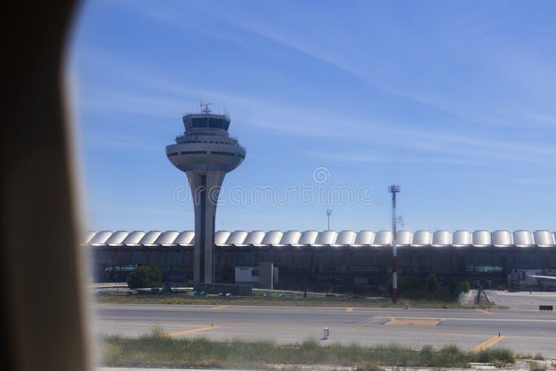 tour de contrôle et vue de terminal pour passagers d'un avion de fenêtre journ?e Concept de voyage et de vacances image stock