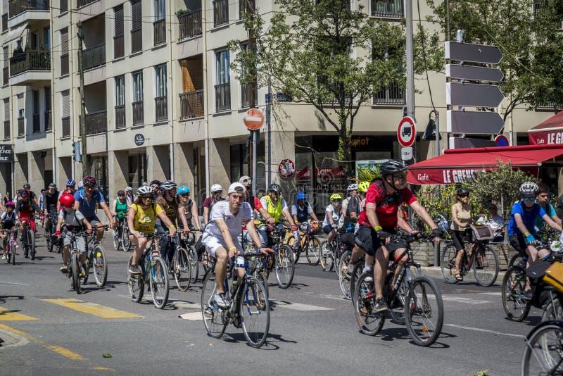 Tour de cycle de groupe le long de Quai Saint-Antoine, Lyon, France photographie stock libre de droits