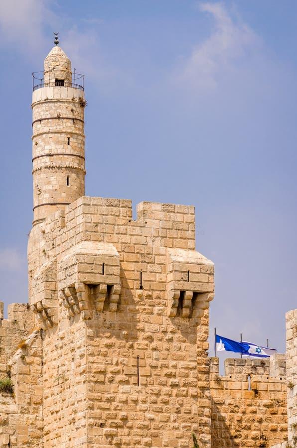 Tour de David, de vieux murs de ville et de drapeau israélien à Jérusalem, Israël photographie stock libre de droits
