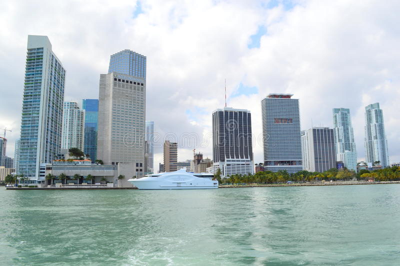 Tour de ferry avec la vue de l'horizon de Miami image stock
