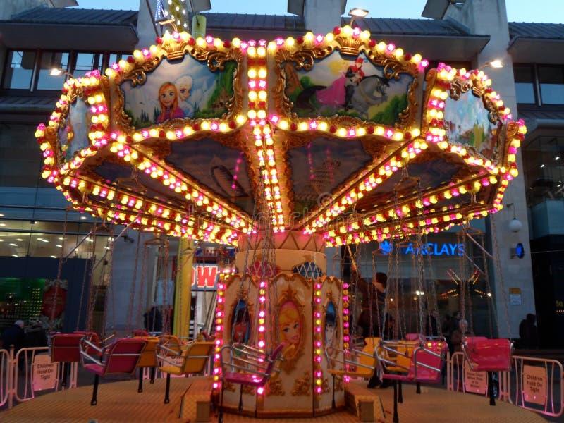 Tour de foire d'amusement de Childs avec des lumières images libres de droits