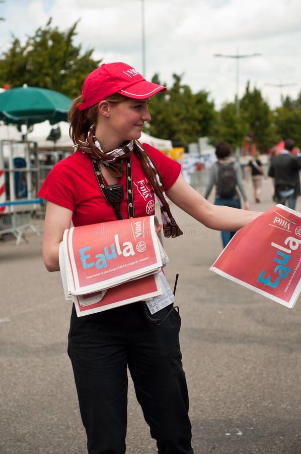 Tour de France - Mädchen geben neues Papier stockbild