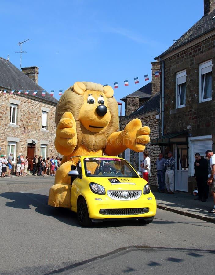 Tour De France miotania karawanowi prezenty w tłum Lew maskotka fotografia stock