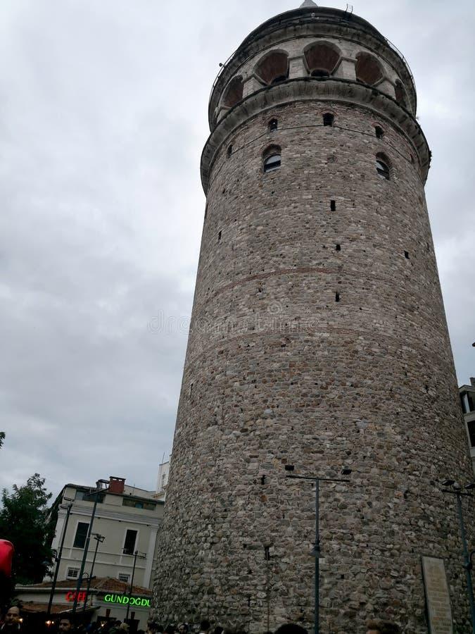Tour de Galata la nuit C'est un point de repère célèbre dans le côté européen d'Istanbul images libres de droits