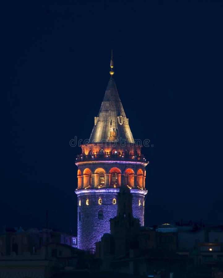 Tour de Galata sous la nuit de parliement d'Istanbul photographie stock libre de droits