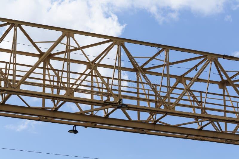 Tour de grue de construction sur le fond de ciel bleu Avancement de travaux de grue et de b?timent Robinet de levage jaune image libre de droits