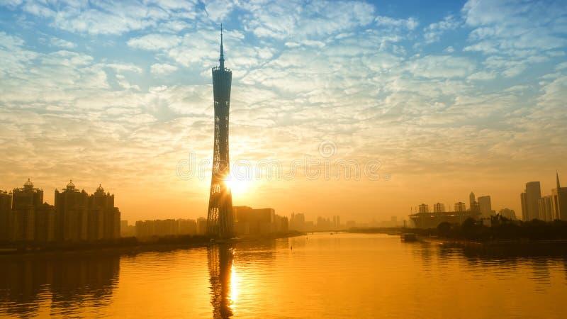 Tour de Guangzhou TV au centre du commerce de la Chine de coucher du soleil photo stock