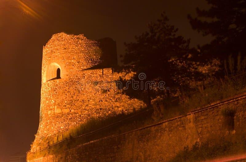 Tour de guet à Skopje la nuit photographie stock libre de droits