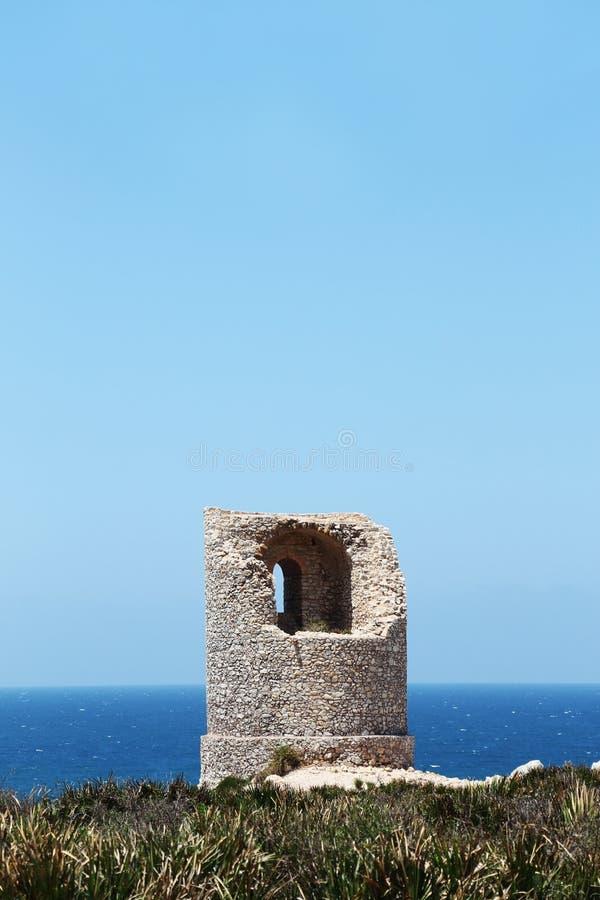 Tour de guet costal antique, rama de capo, Sicile photographie stock