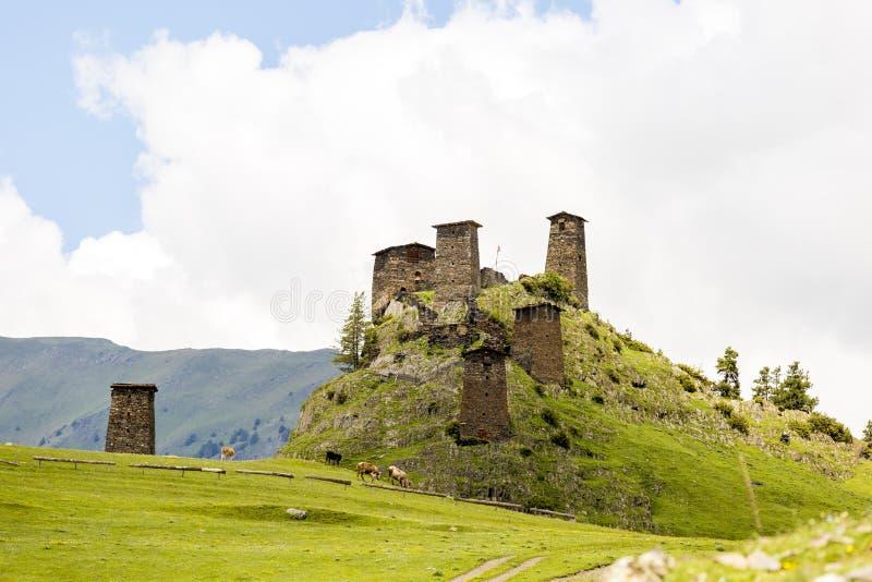 Tour de guet fait en pierre de schiste Kvemo Omalo supérieur dans Caucase géorgien dans la région de Tusheti photographie stock libre de droits