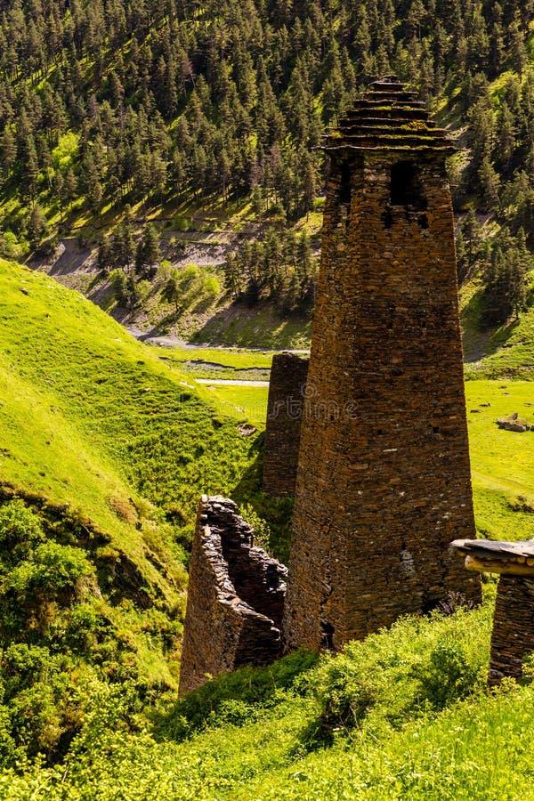 Tour de guet fait en pierre de schiste Vieux village antique Dartlo La G?orgie, Tusheti, montagnes de Caucase photos stock