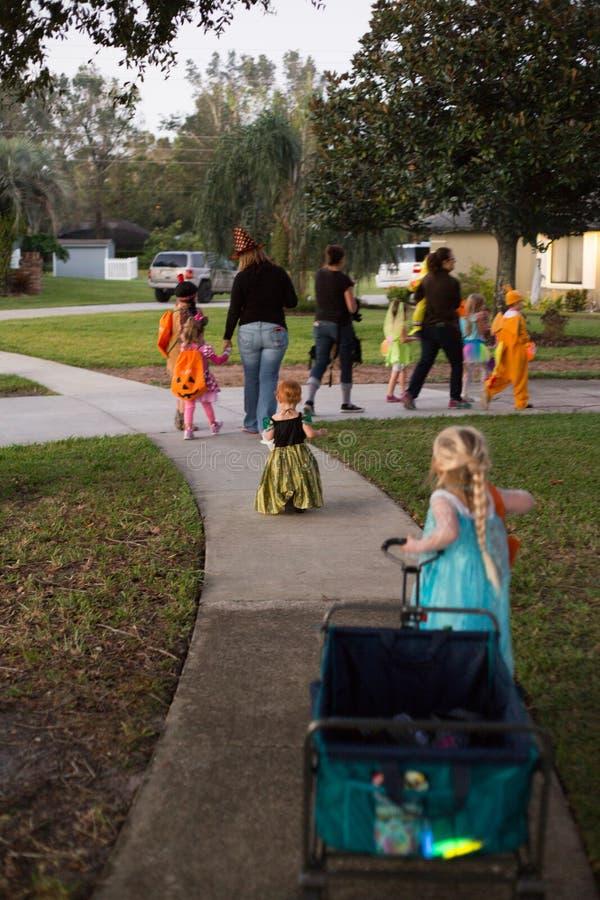Tour de Halloween et d'enfants ou traitement d'aller porte-à-porte images libres de droits