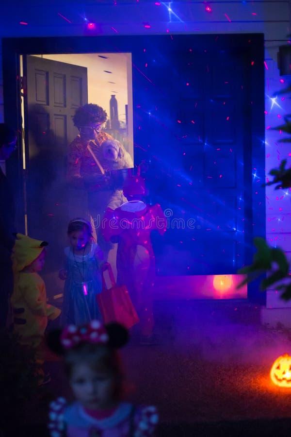Tour de Halloween et d'enfants ou traitement d'aller porte-à-porte la nuit photos stock