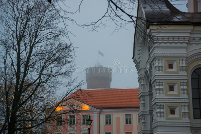 Tour de Hermann et bâtiment grands du Parlement Toompea, gouverneurs font du jardinage, Tallinn, Estonie images stock