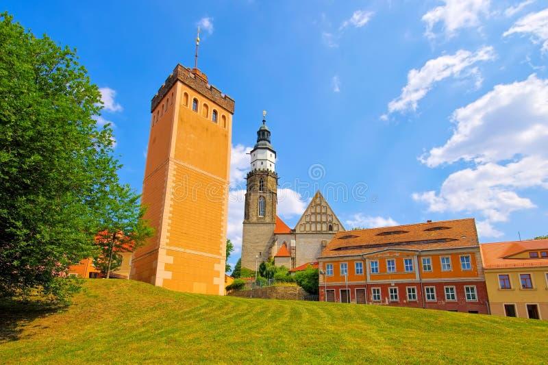 Tour de Kamenz et église rouges, Saxe images stock