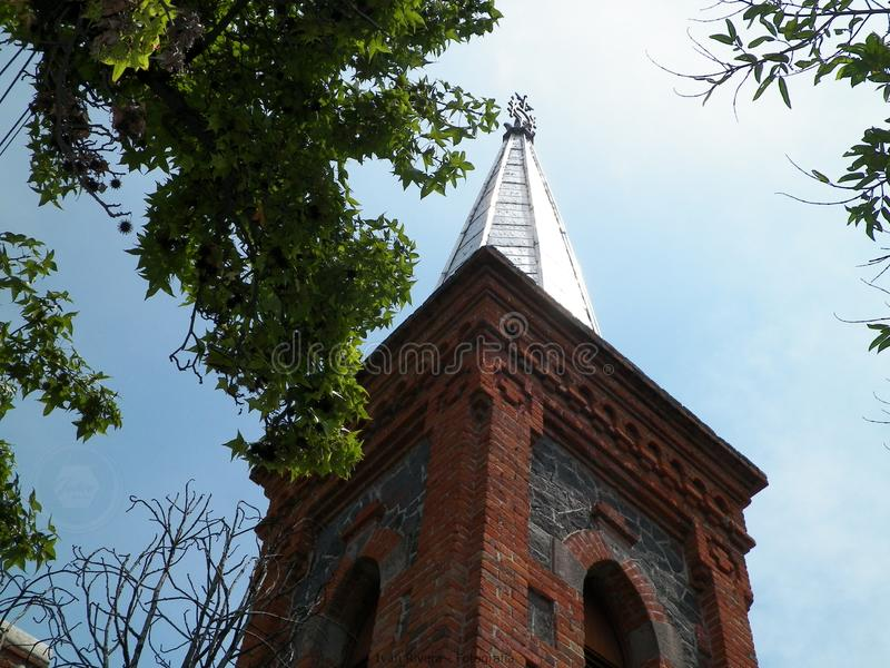 Tour de l'église dans le parc de Coyoacan, CDMX, Mexique image libre de droits