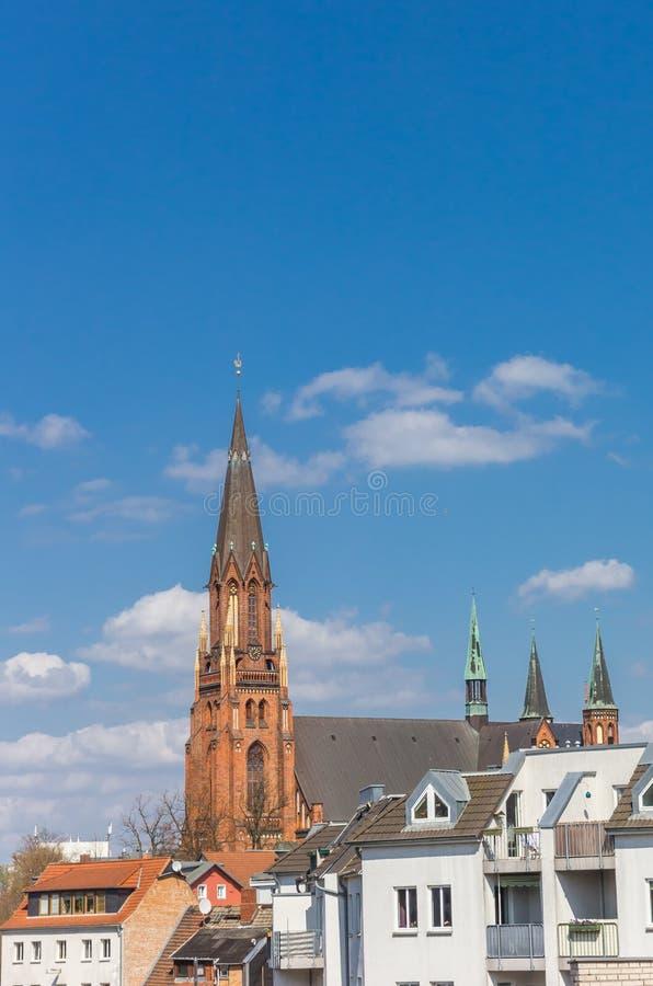 Tour de l'église et des maisons de St Pauls à Schwerin photo stock
