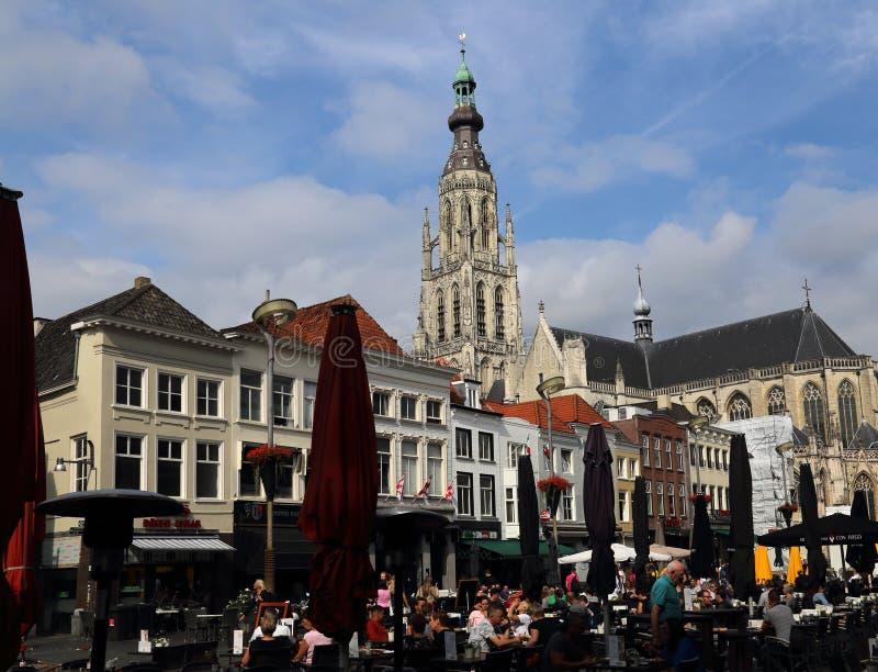 Tour de l'église et place du marché de Breda, Pays-Bas image libre de droits