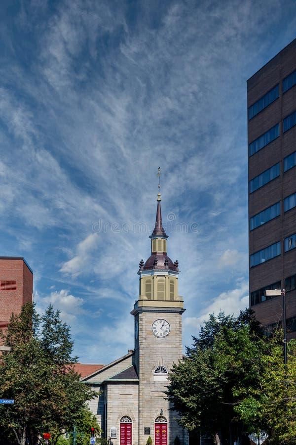 Tour de l'église de pierre Steeple and Clock photographie stock