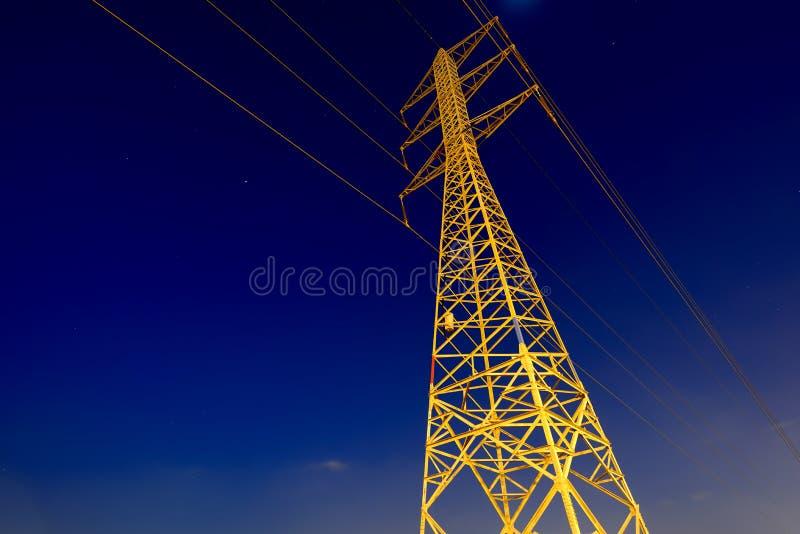 Tour de l'électricité au-dessus de ciel nocturne photos stock