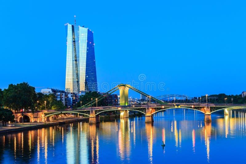 Tour de la Banque Centrale Européenne à Francfort sur la canalisation photos stock