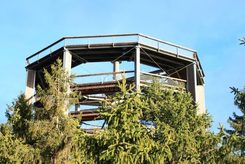 Tour de la surveillance de Lipno d'arbres de traînée photographie stock