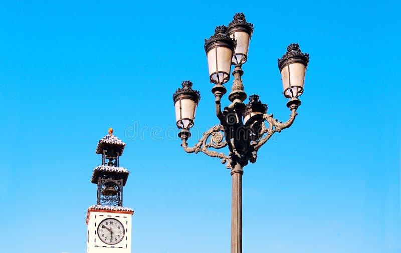 Tour de lampadaire et de cloche avec l'horloge photos libres de droits
