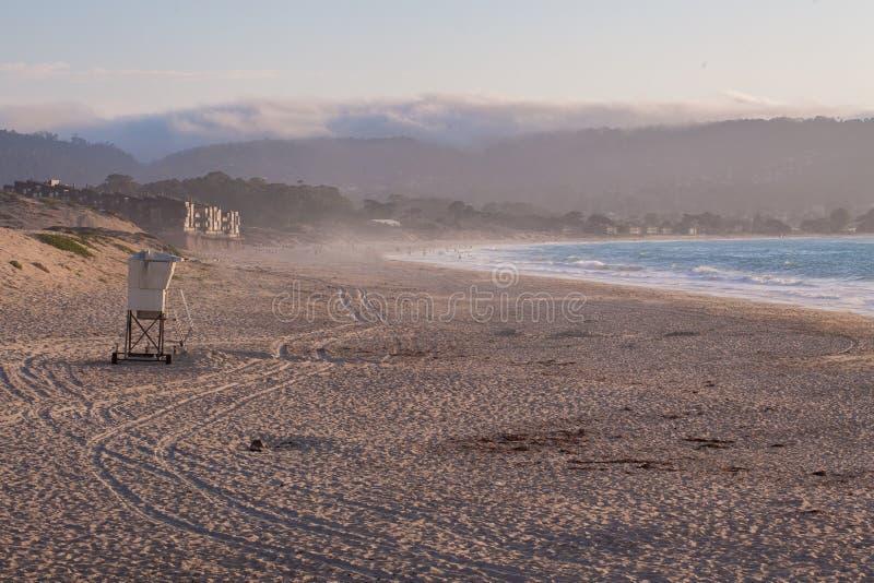 Tour de maître nageur sur la plage dans la baie de Monterey, la Californie, Etats-Unis photographie stock