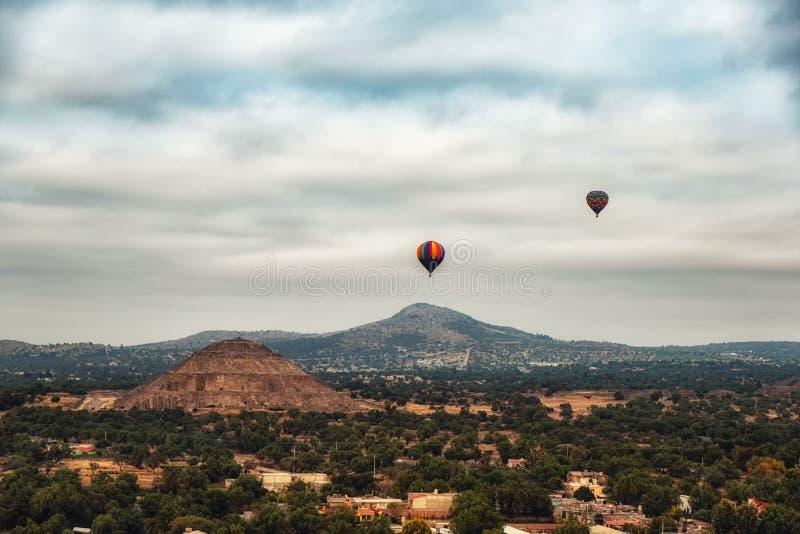 Tour de montgolfière au-dessus de Teotihuacan image stock