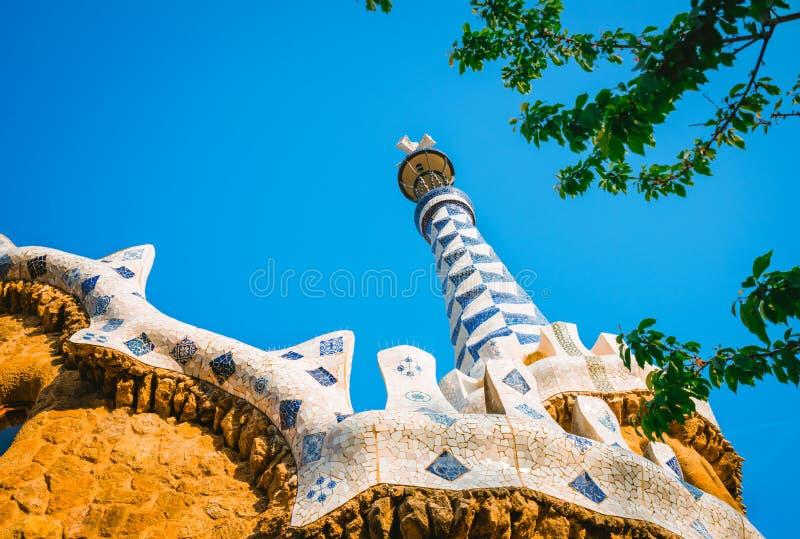 Tour de mosaïque et décorations colorées de toit de Chambre de pain d'épice de Gaudi en parc Guell, Barcelone, Espagne image stock