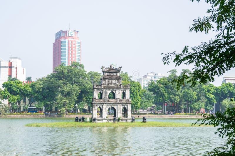 Tour de tour ou de tortue de tortue qui est située au milieu du lac Lac de ` de signification de lac Hoan Kiem du ` retourné d'ép photographie stock libre de droits