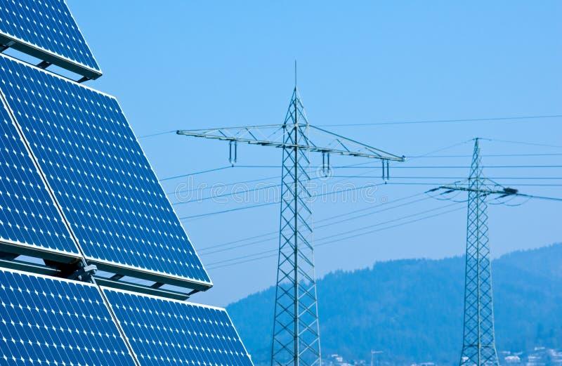 Tour de panneau solaire et de tension photo libre de droits