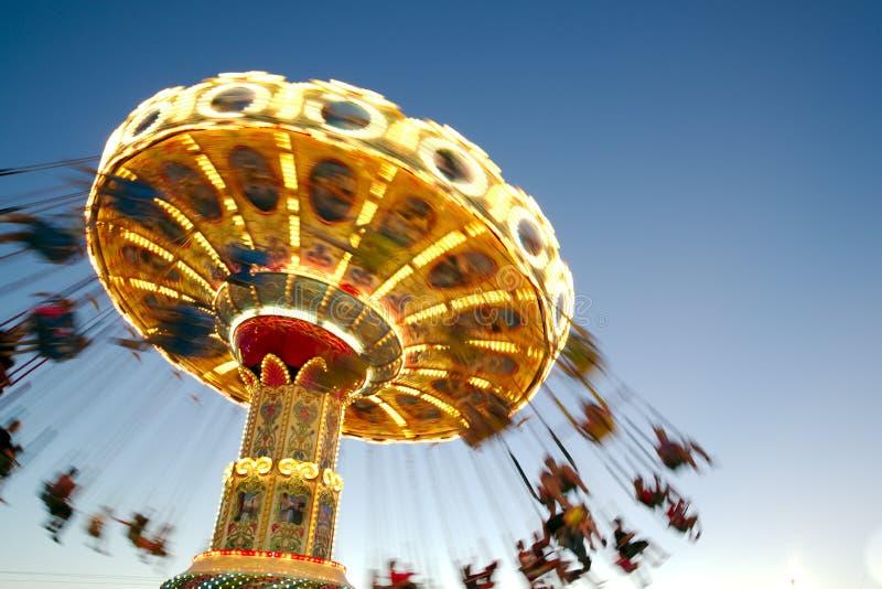 Tour de parc d'attractions à la fin du jour photographie stock libre de droits