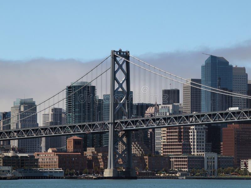 Tour de passerelle de San Francisco Bay avec l'horizon de ville image libre de droits