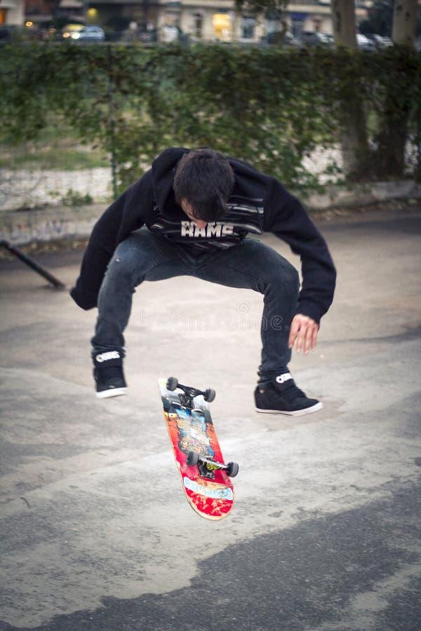 Tour de patin de secousse de pro patineur photos stock
