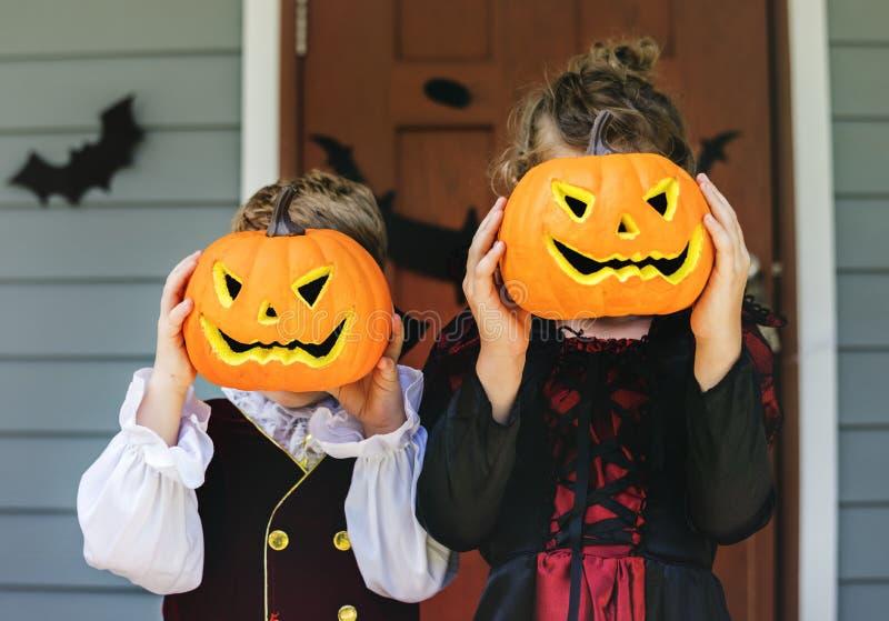 Tour de petits enfants ou traitement Halloween images stock