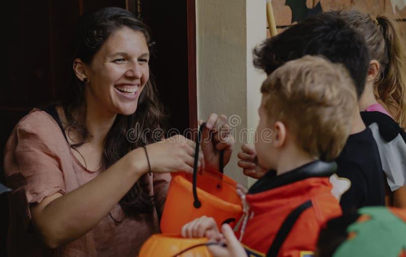 Tour de petits enfants ou traitement Halloween image stock