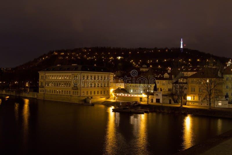Tour de Petrin avec la rivière de Vltava la nuit, Prague, République Tchèque photos stock