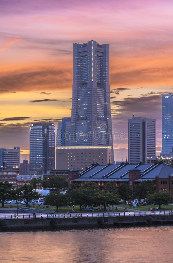 Tour de point de repère et entrepôt de brique rouge dans le ciel de coucher du soleil du Mina photos libres de droits