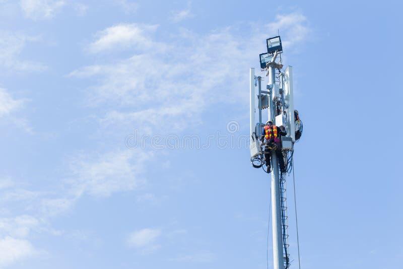 Tour de pointe 4G 5G de signal d'installation d'ingénieur image libre de droits