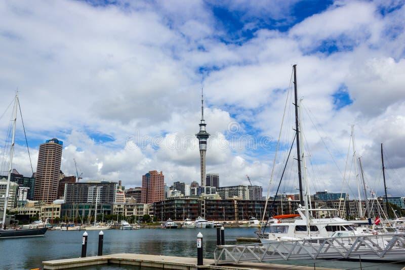 Tour de port et de ciel d'Auckland avec des bateaux de diffrents, le point de repère dans NZ, Auckland, Nouvelle-Zélande image libre de droits