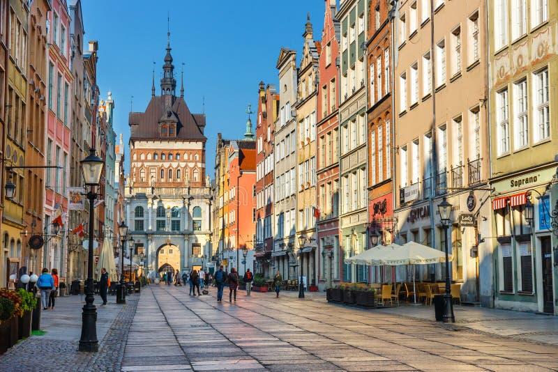 Tour de porte d'or et de prison à la rue de Dluga au vieux centre de la ville à Danzig, Pologne images libres de droits