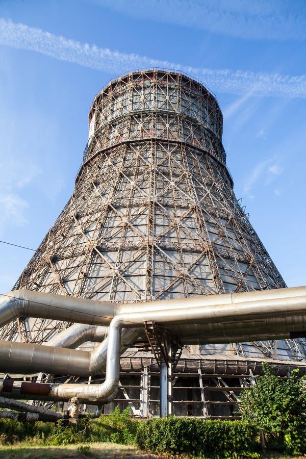 Tour de refroidissement de centrale contre le ciel bleu image stock