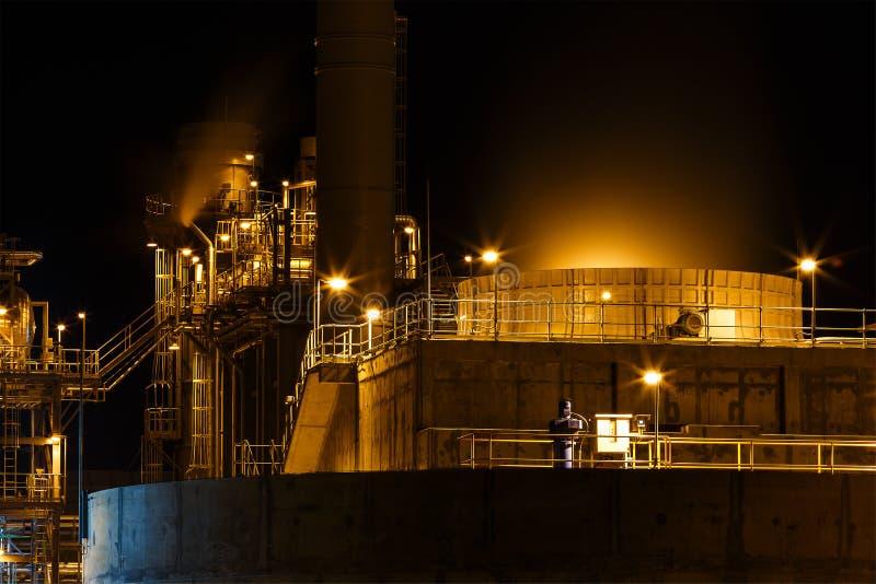 Tour de refroidissement d'usine de courant électrique de turbine à gaz avec la lumière image stock