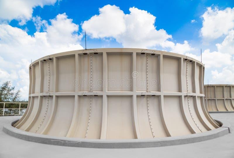 Tour de refroidissement de centrale industrielle avec le ciel bleu images libres de droits
