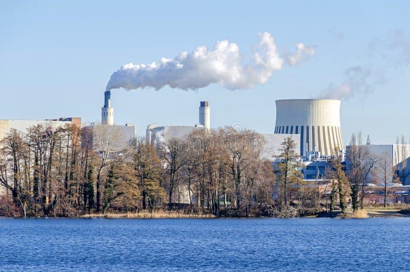 Tour de refroidissement et piles de cheminée de l'usine occidentale de PCCE de Reuter photographie stock