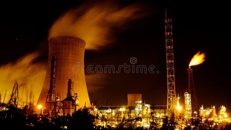 Tour de refroidissement et torchage de gaz la nuit photographie stock libre de droits