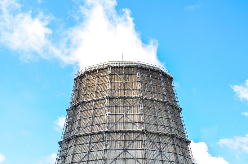 Tour de refroidissement industrielle de vue à l'usine métallurgique images stock