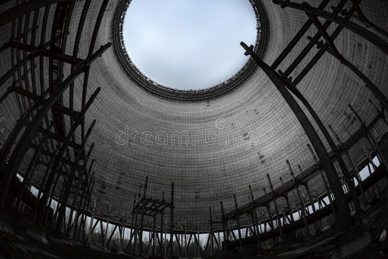 Tour de refroidissement de r?acteur num?ro 5 dedans ? la centrale nucl?aire de Chernobyl, 2019 image stock
