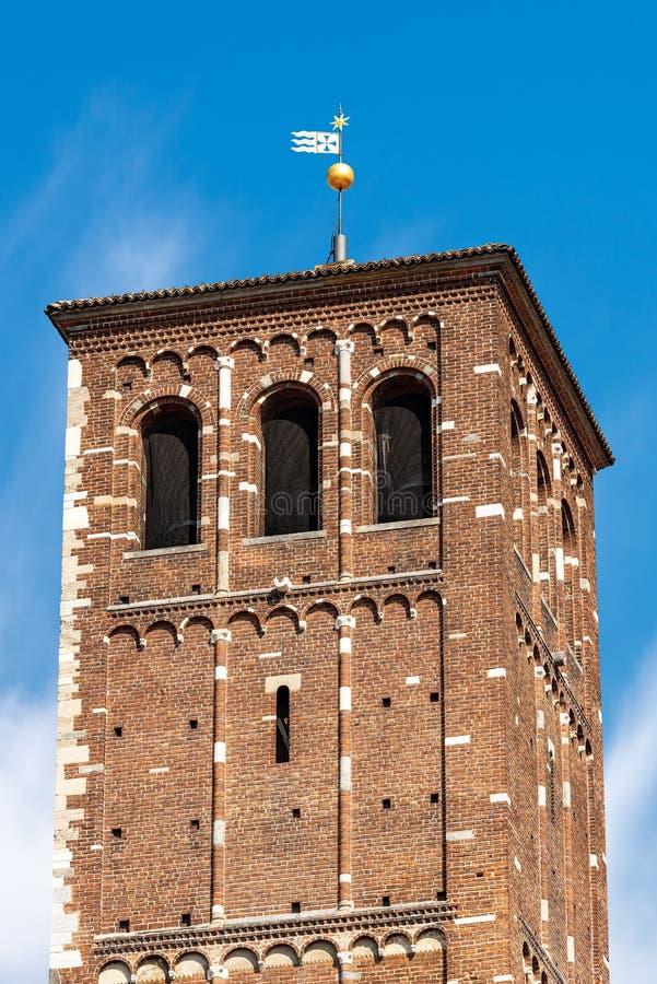 Tour de saint Ambrogio Basilica Milan Italy - de Bell image stock